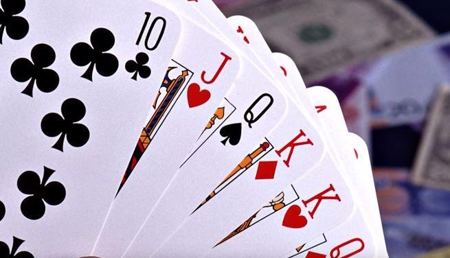 При гадании на игральных картах - используется полная колода